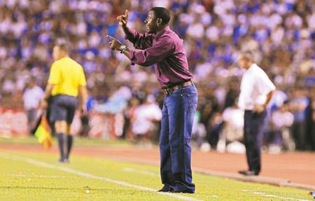Head Coach Russell Latapy barking orders in Honduras (05-Sept-09)