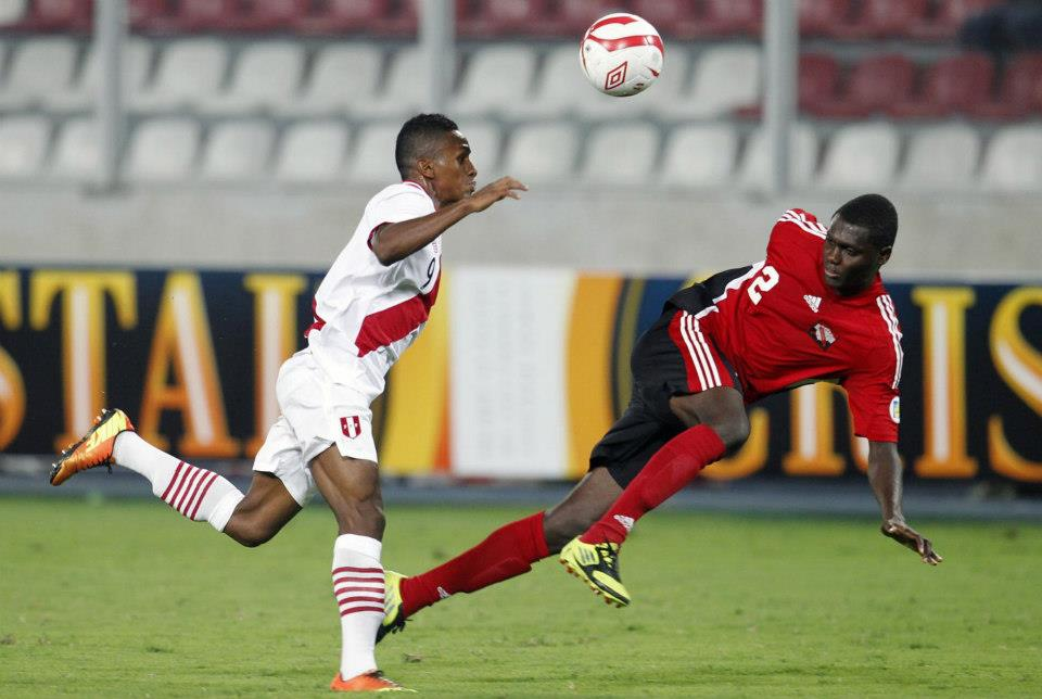 Peru's Yordy Reyna (L) fights for the ball with Trinidad and Tobago's Aubrey David during their international friendly soccer match in Lima March 26, 2013. REUTERS/Enrique Castro-Mendivil