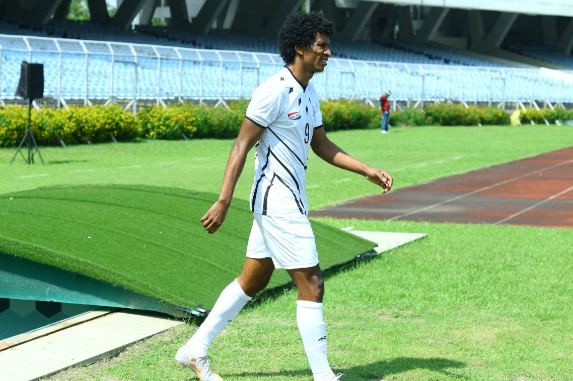 Mohammedan SC striker Willis Plaza steps on to the field to face Gujarat FC on October 11th 2020.